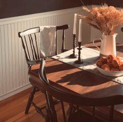 Comment mettre en valeur une belle chaise ancienne en bois ?